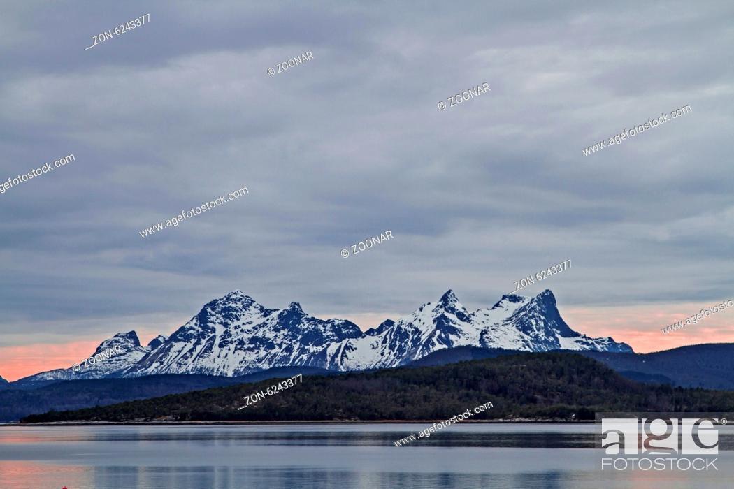 Stock Photo: Von Ulvsvag aus genießt man den grandiosen Blick über den Presteidfjorden auf die schneebedeckten Berge der Halbinsel Hamaroy.