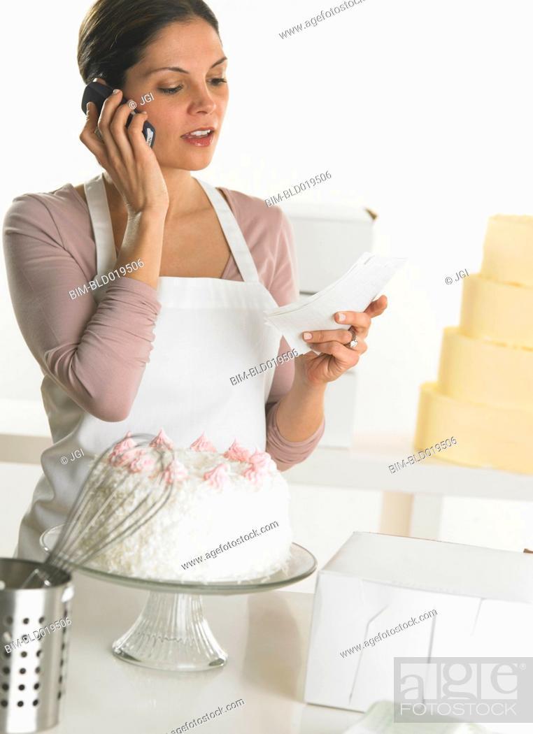 Imagen: Female baker talking on her cell phone.