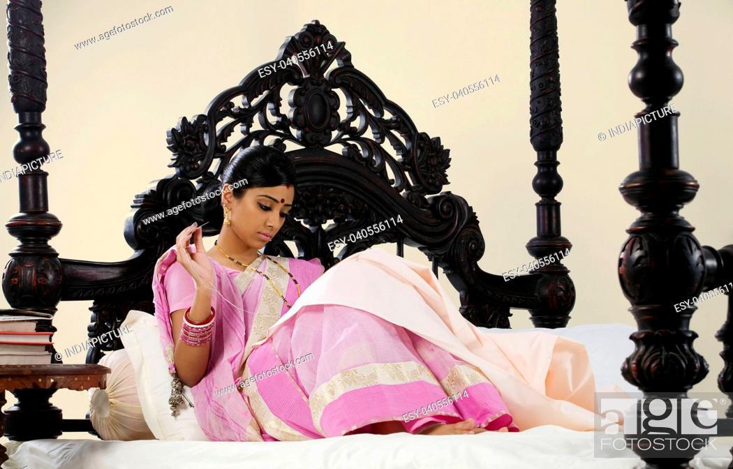 Imagen: Bengali woman stitching.