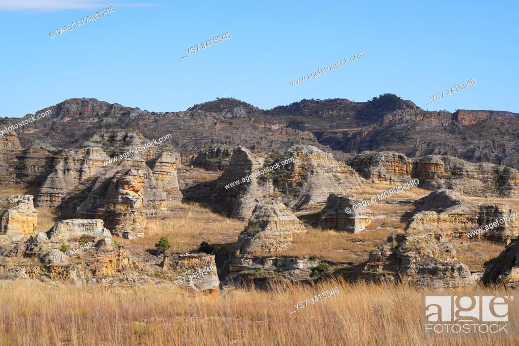 Imagen: Eroded sandstone rock formations at Isalo National Park, Fianarantsoa province, Ihorombe Region, Southern Madagascar.