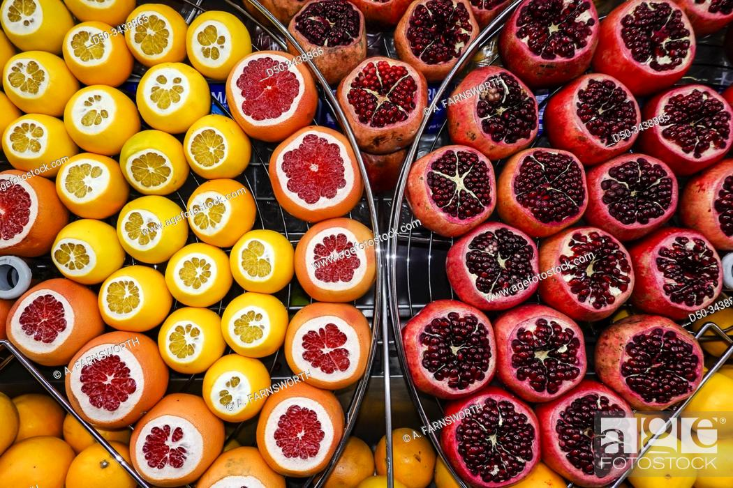 Imagen: Istanbul, Turkey Lemons, pomegranates, oranges at a street stand.