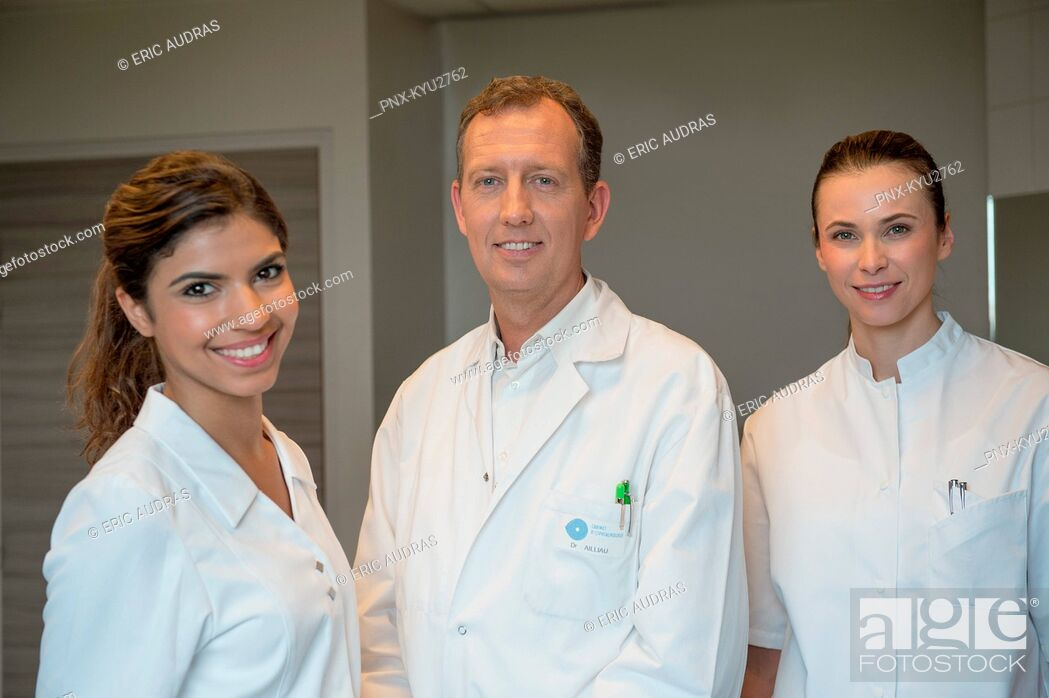 Imagen: Portrait of medical-team smiling.