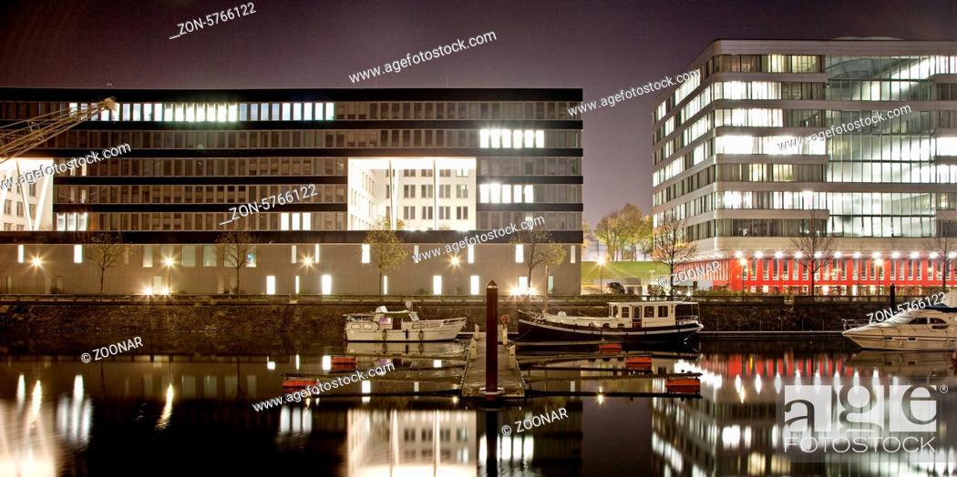 Die Marina Duisburg Und Buerogebaeude In Der Nacht Im Innenhafen