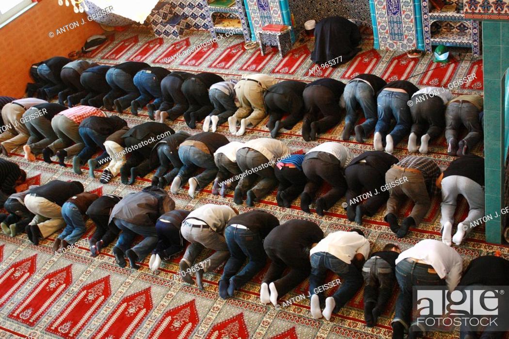 Stock Photo: Glaeubige Moslem knieen auf dem Teppichboden waehrend eines Gebets 8 NOV, 2009 NUR REDAKTIONELL !.