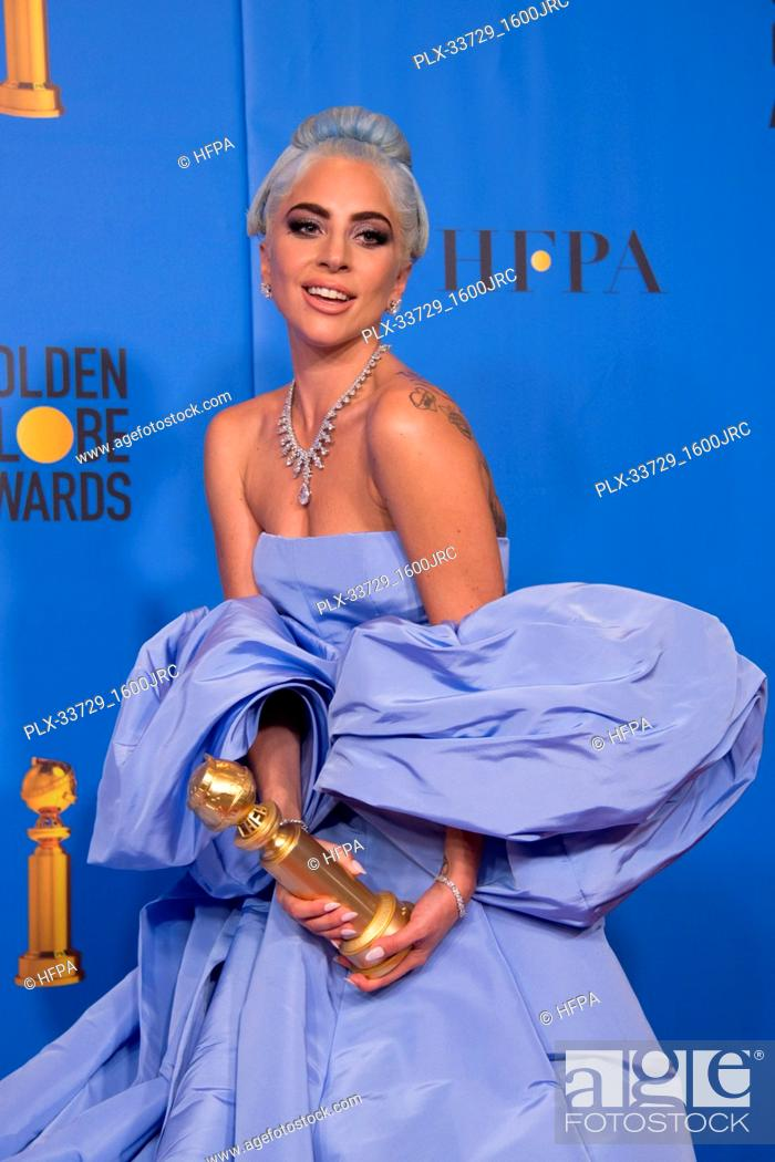 """Imagen: After winning the category of BEST ORIGINAL SONG – MOTION PICTURE for """"""""Shallow"""""""" from """"A Star Is Born"""", Lady Gaga poses with the award backstage in the press."""