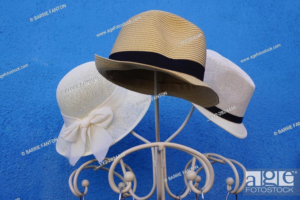 Imagen: Three Hats on Stand, Burano, Italy.