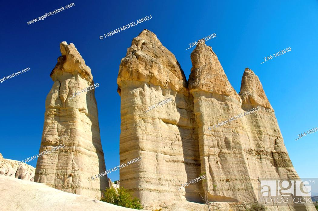 Imagen: Fairy chimneys in Love Valley, in Cappadocia, Central Anatolia, Turkey.