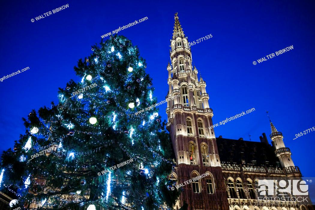 Stock Photo: Belgium, Brussels, Grand Place, Hotel de ville, evening illumination with Christmas tree.