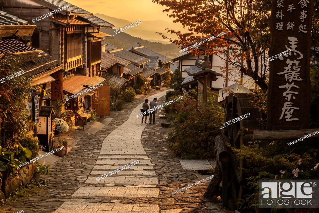 Imagen: Tourists at end of day's walk between Magome and Tsumago, old post road between Kyoto and Tokyo, Northern Japan Alps, Japan, .