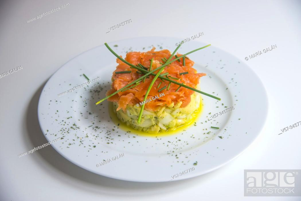 Imagen: Smoked salmon, avocado, onion, chives and olve oil.
