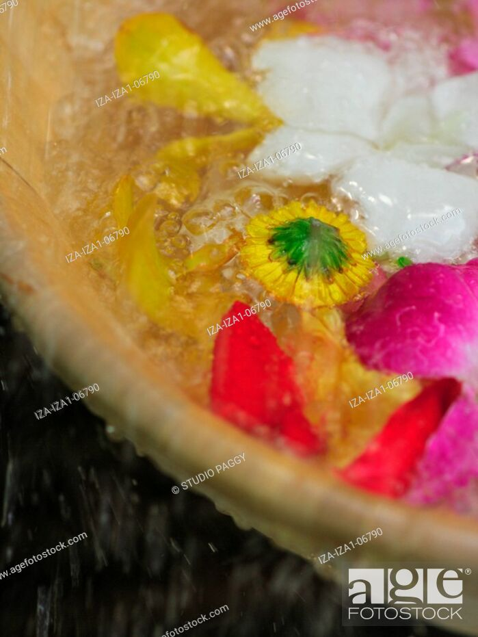 Imagen: Close-up of petals floating in a bowl.