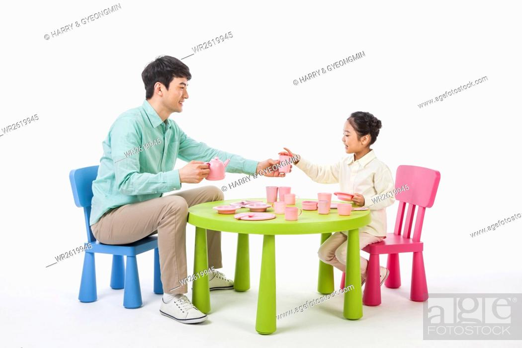 Imagen: Loving father and daughter playing house.