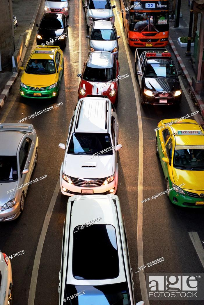 Imagen: elevated view of cars lined up at traffic lights, near Silom shopping centre.