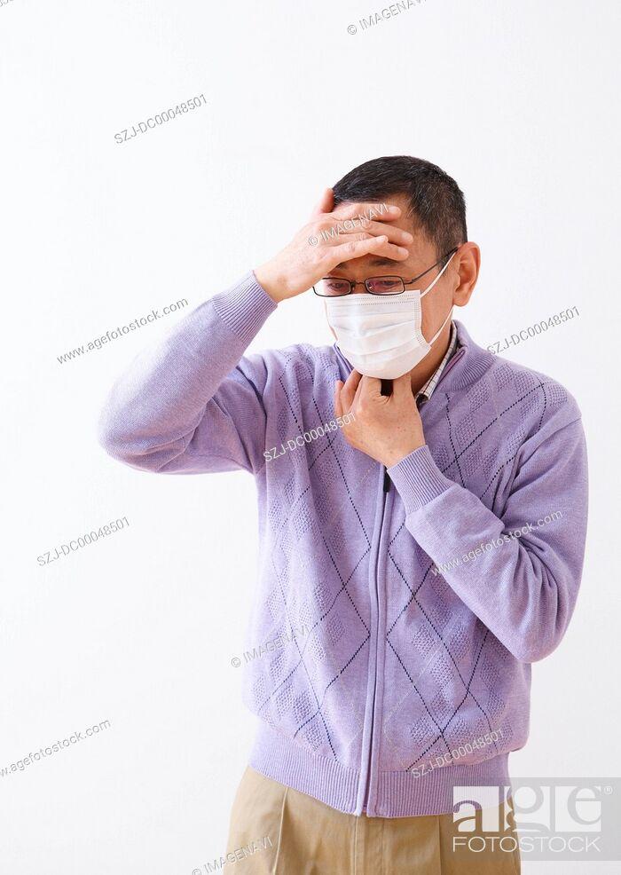 Imagen: Senior man wearing a mask.