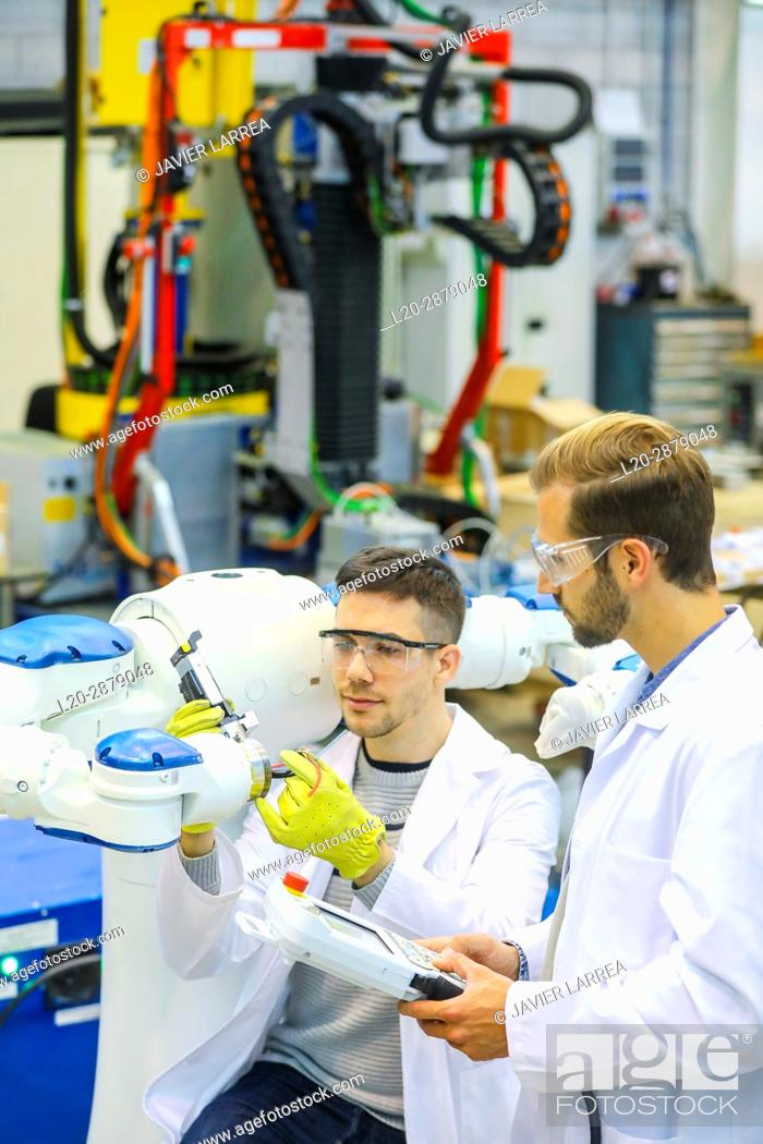 Imagen: Two-arm robot for industrial handling. Researchers working on robot, Industry, Research and Technology Center, Tecnalia Research & Innovation, Donostia.
