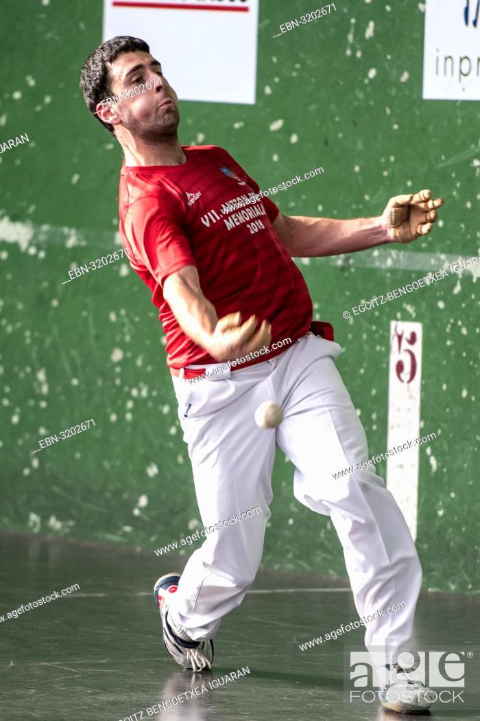 Imagen: Julen Urruzola at the semi-finals of Antton Pebet basque pelota bare hand tournament. Villabona, Basque Country, Spain.