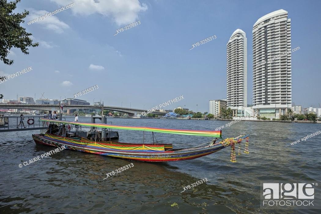 Imagen: Long tail boat waiting for tourists on the Chao Praya River, Bangkok, Thailand.