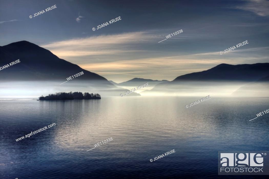 Photo de stock: morning haze over the Lake Maggiore.