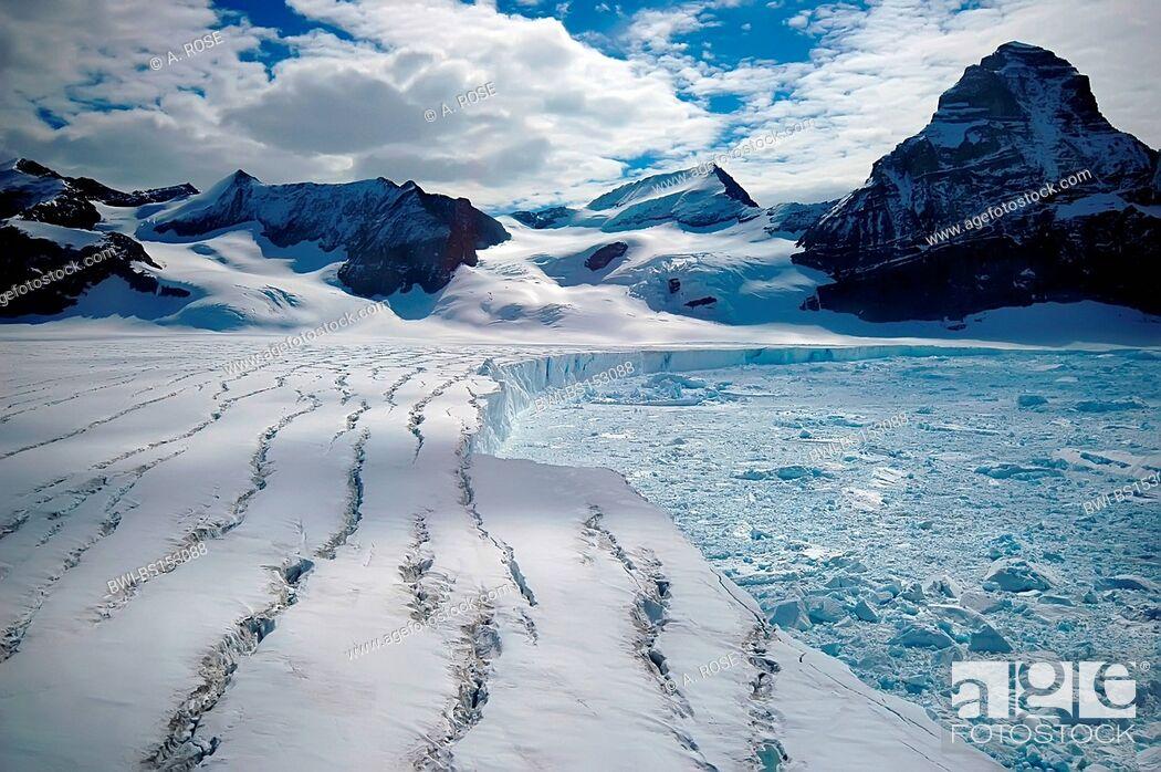 Imagen: Antarctic glacier from the melting Larsen B iceshelf (Antarctic Peninsula) with impressive cravasses, Antarctica, Suedpolarmeer.