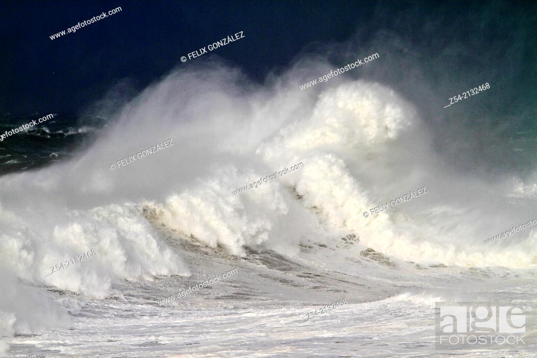 Imagen: Waves at Llanes coast, Asturias, Spain.