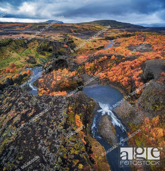 Imagen: From above lava and moss landscape in the autumn, Gjaarfoss in the Thjorsardalur valley, Iceland. This image is shot with a drone.