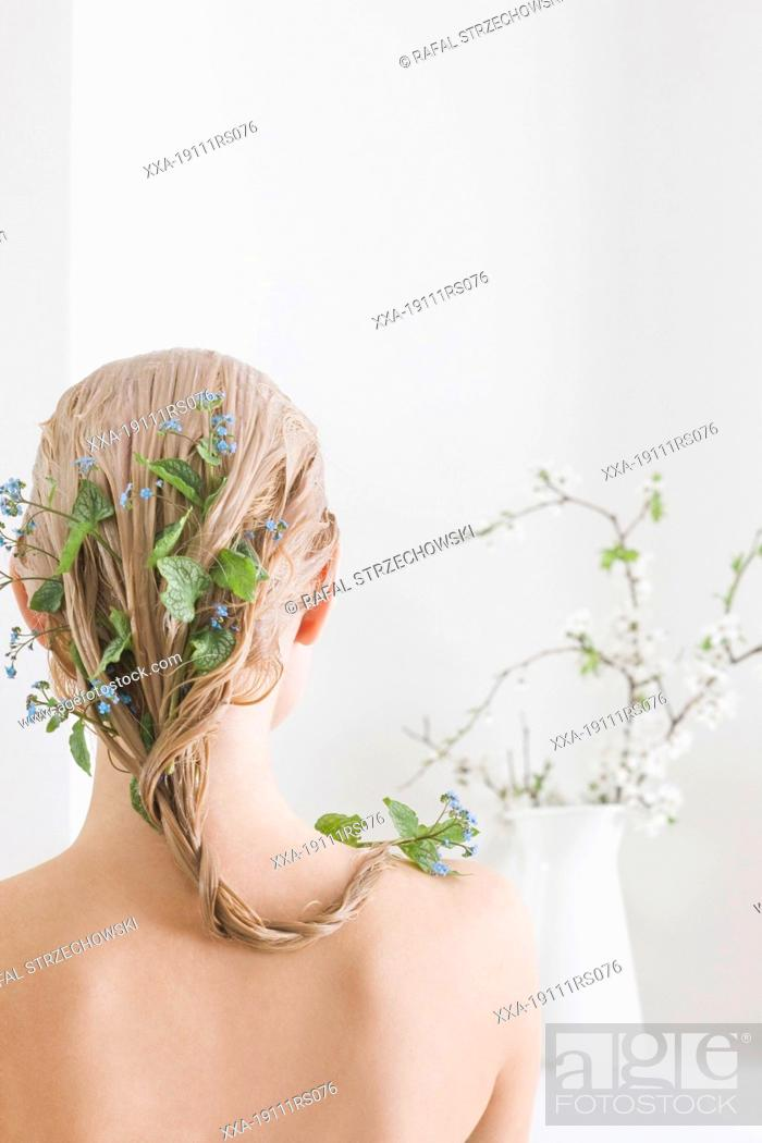 Imagen: woman with herbal hair mask.