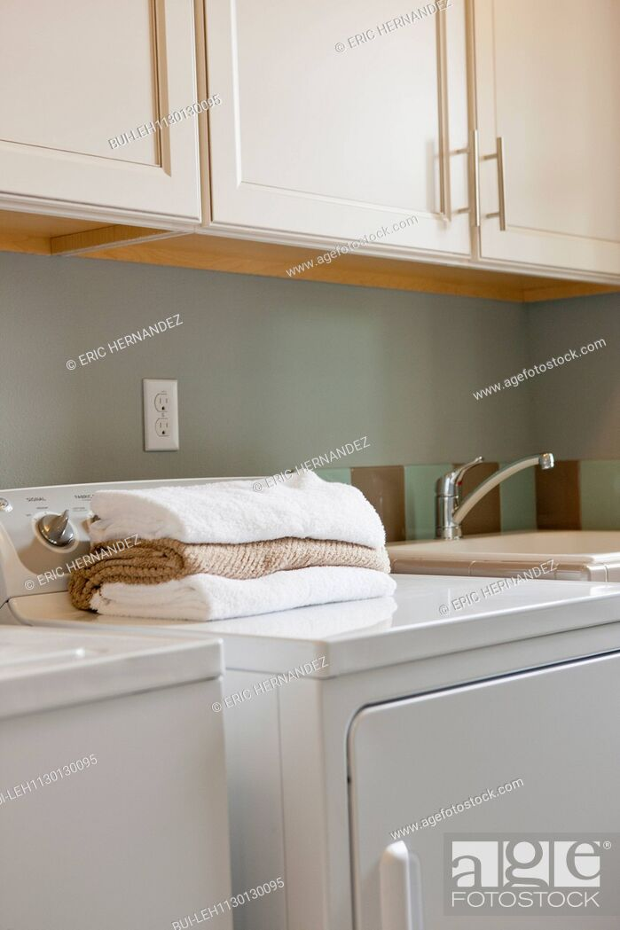 Imagen: Towels on washing machine in utility room.