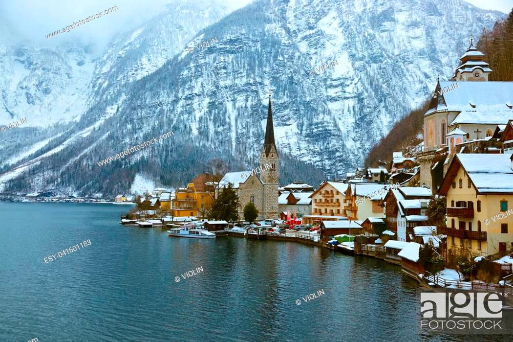 Imagen: Village Hallstatt on the lake Hallstatter at winter - Salzburg Austria.