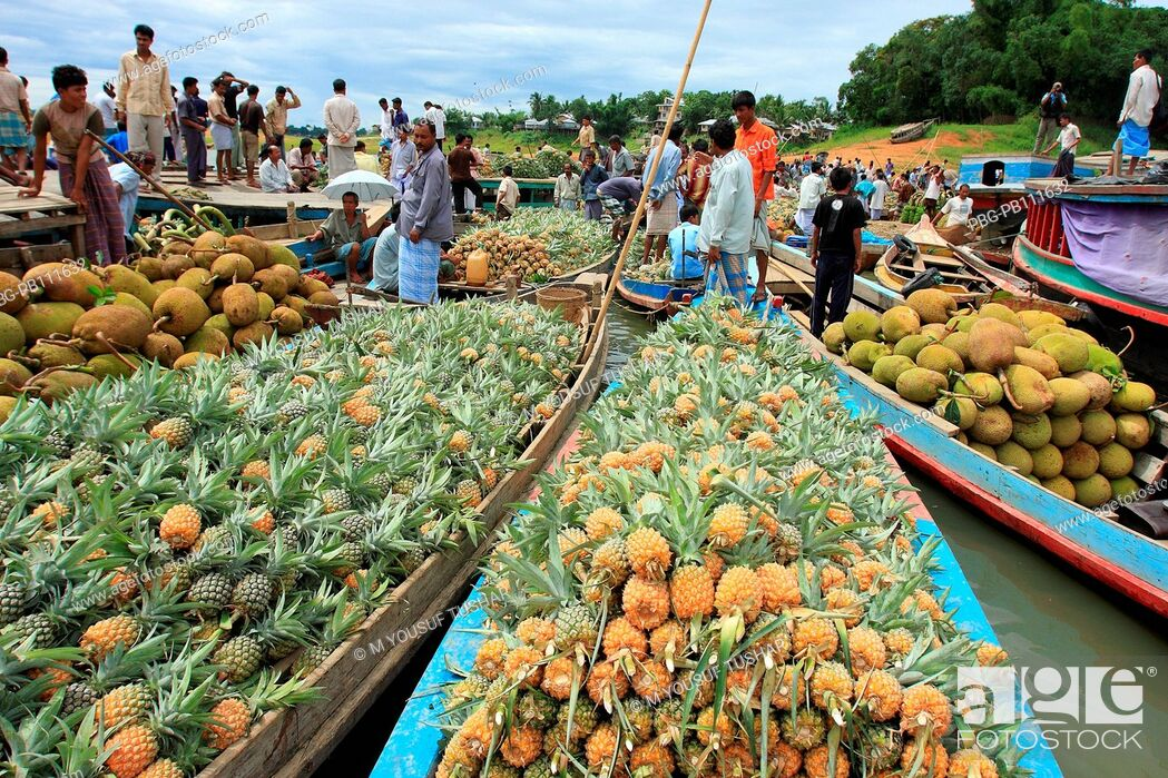 Imagen: Floating wholesale fruits market in Rangamti, one of the hill districts of Bangladesh June 2008.