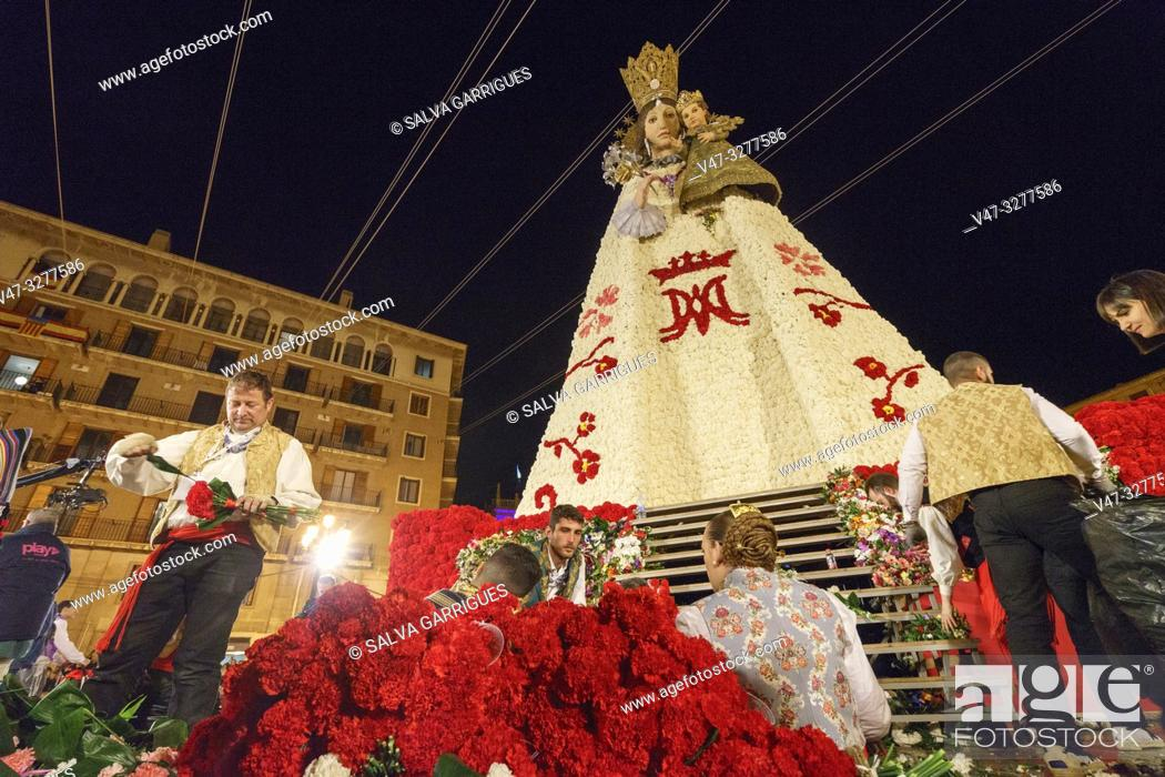 Imagen: The fallera and the falleros deliver the flowers very excited. Each fallera carries a bouquet of keys that adorn a mosaic of the coat of the Virgen de los.