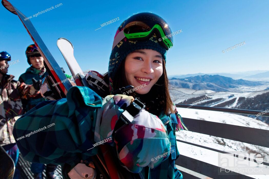 Imagen: Young men and women outdoor skiing.