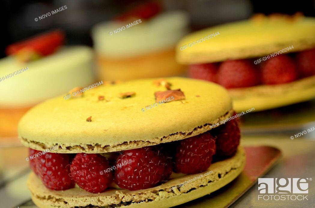 Imagen: Pistachio Macarons with Raspberries.
