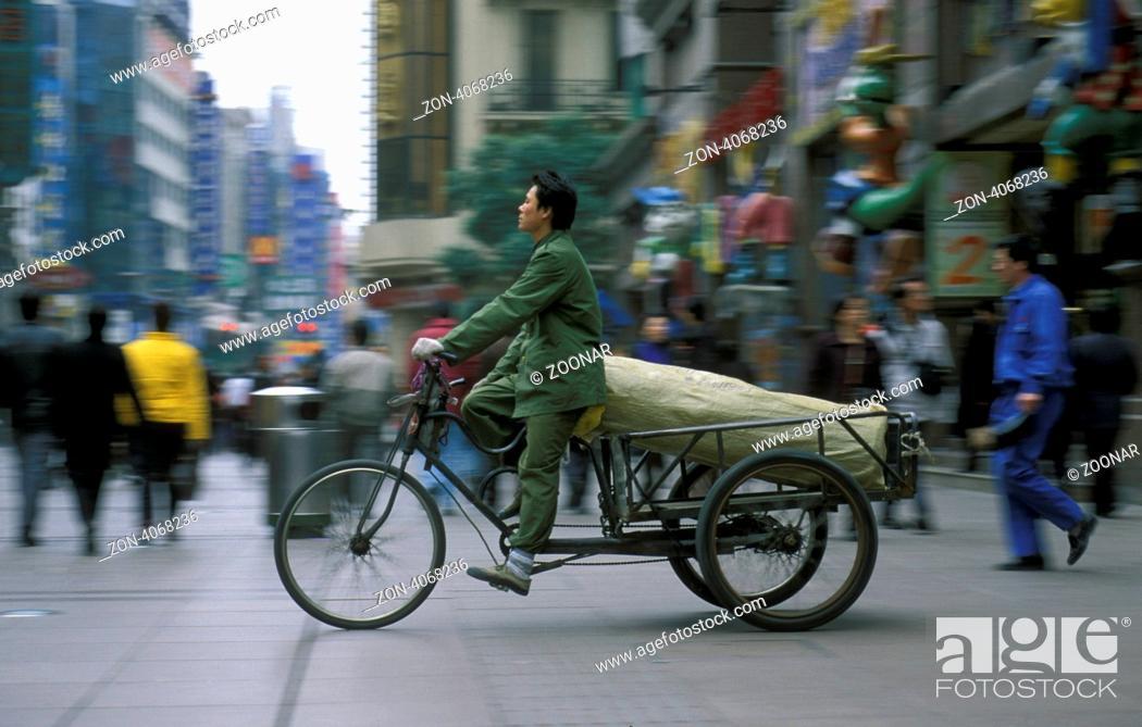 Stock Photo: Ein Fahrrad Transporter an der Nanjing Dong Lu Strasse in der Stadt Shanghai in China in Ostasien.