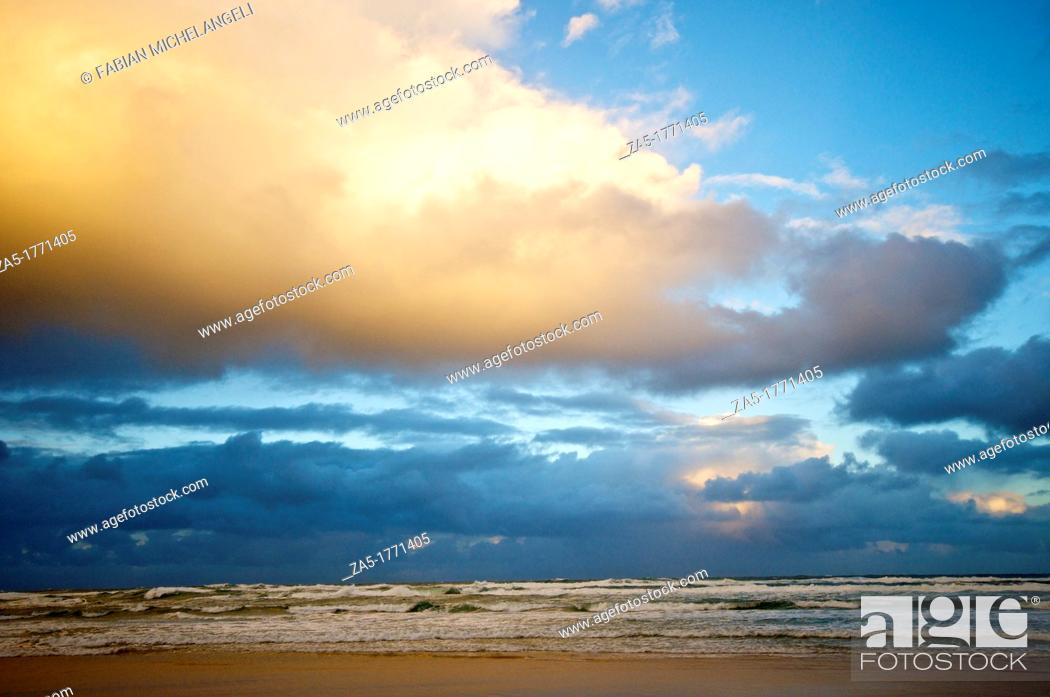 Imagen: Sunset clouds, Seventy Five Mile Beach  Fraser Island, Great Sandy National Park, Queensland, Australia.