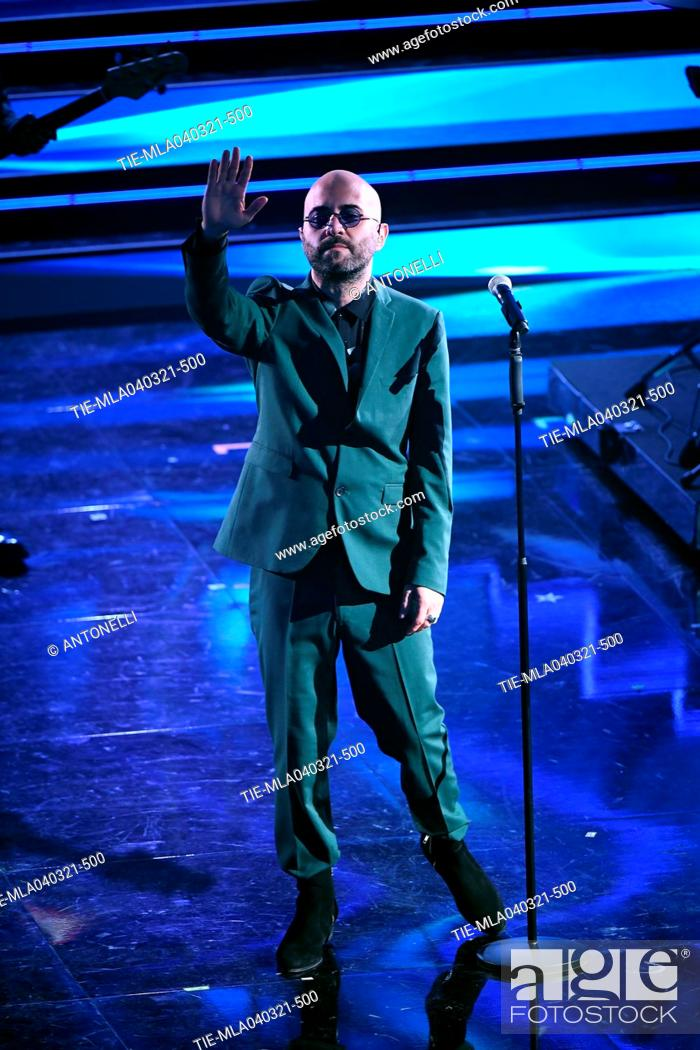 Imagen: Giuliano Sangiorgi, frontman of Italian band Negroamaro, performs on stage at the Ariston theater during the 71st Sanremo Italian Song Festival, in Sanremo.