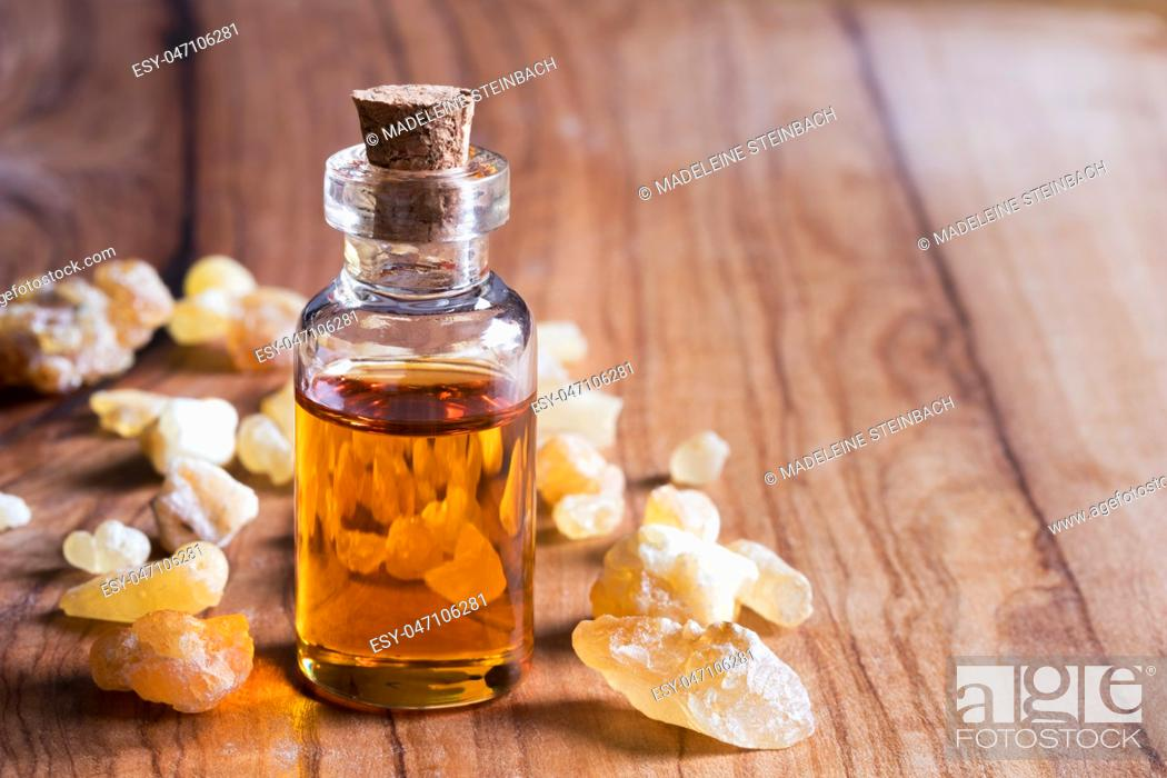 Imagen: A bottle of frankincense essential oil with frankincense resin on a wooden background with copy space.