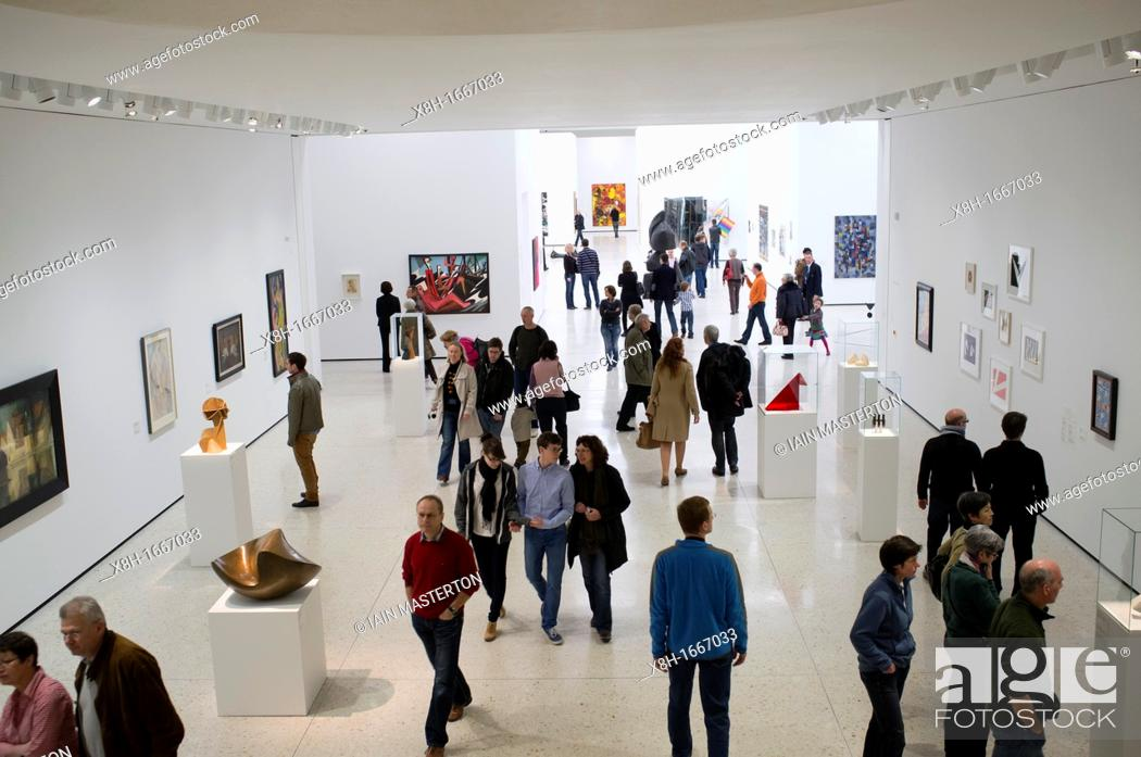 Imagen: Many visitors to a new contemporary art museum or GEGENWARTSKUNST at Stadel museum in Frankfurt Germany.