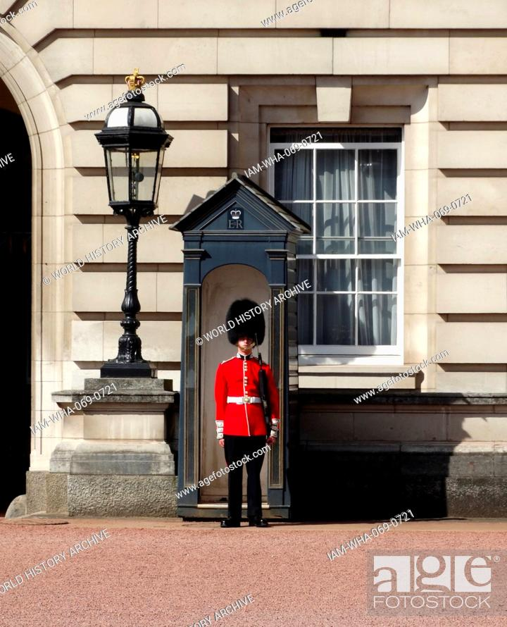 Stock Photo: beefeater guard at the entrance to Buckingham Palace, London, England.