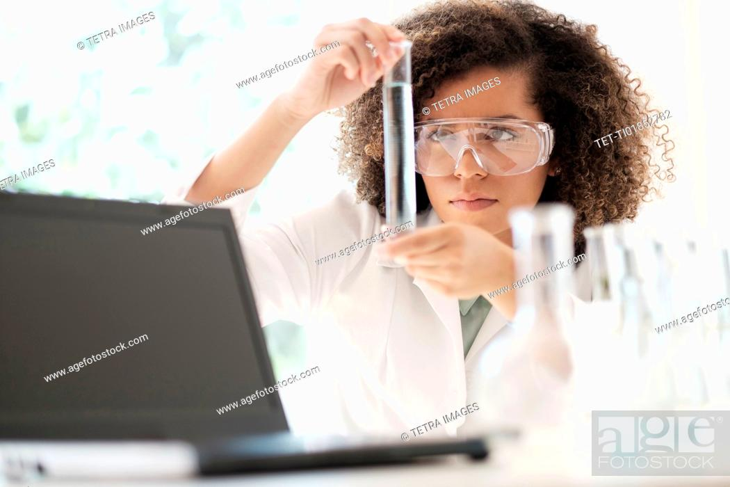 Imagen: Scientist doing chemical research.
