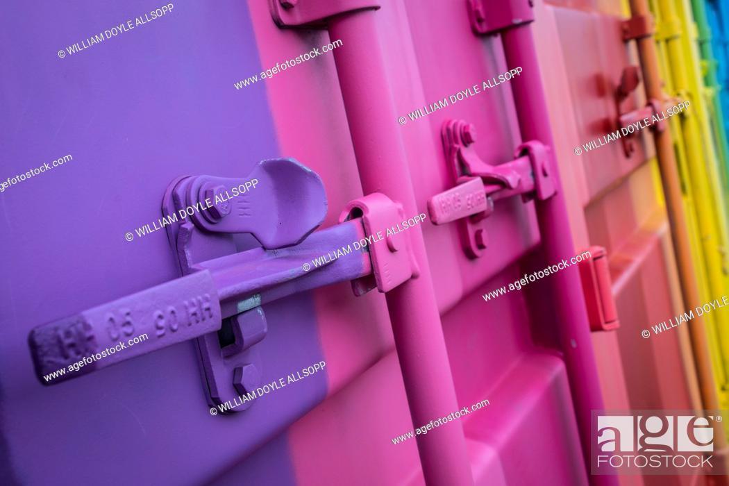 Imagen: Storage container with striking paint scheme.
