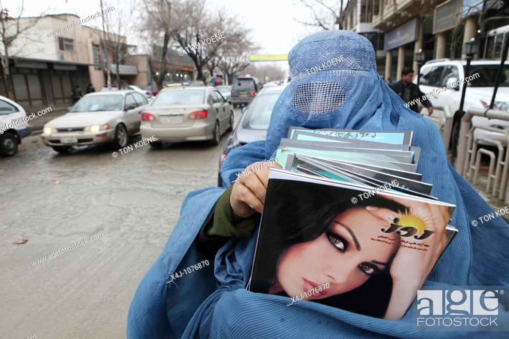 Photo de stock: Afghan women and girls wearing a burqa in Kabul.