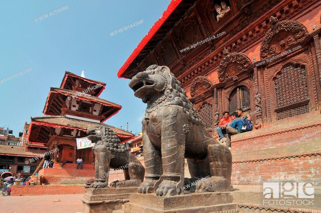 Imagen: Nepal, Kathmandu, Lions stone statue of Shiva Parvati Temple at Durbar Square.