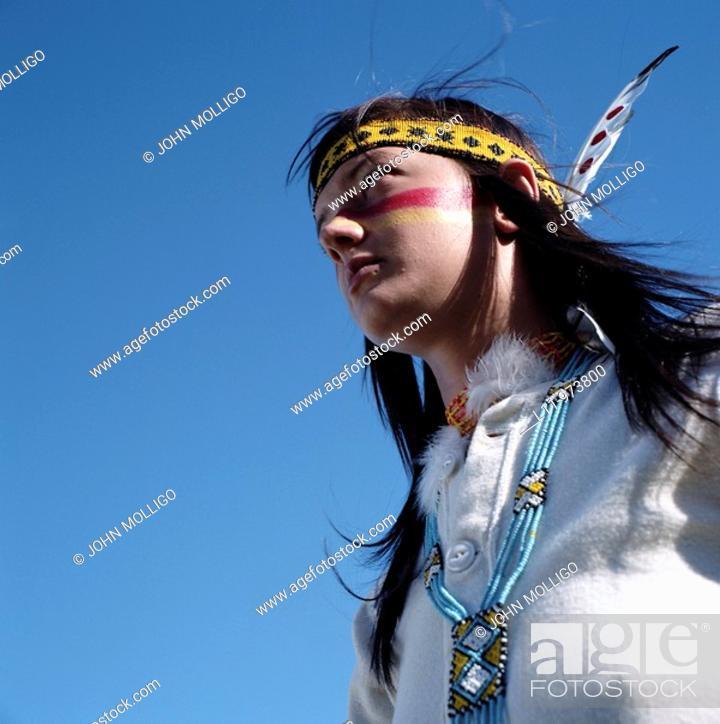 Photo de stock: Indigenous woman, america; looking off.