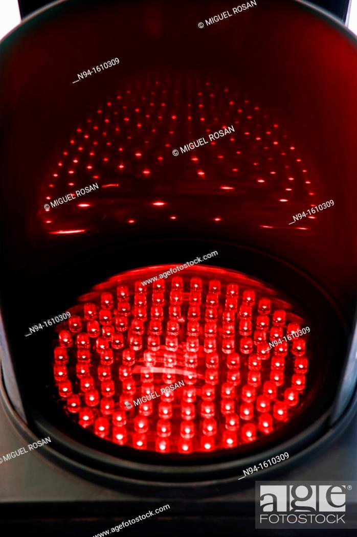 Imagen: Traffic light of leds red illuminated at night indicating stop to the automobiles.