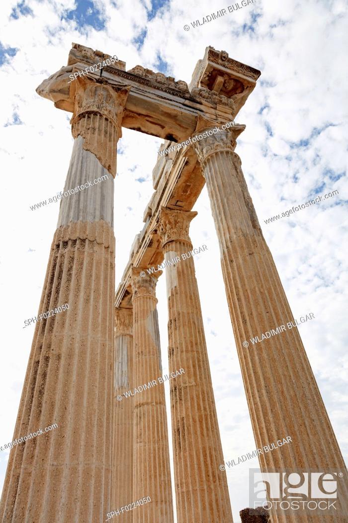 Imagen: Columns of an ancient Greek temple.