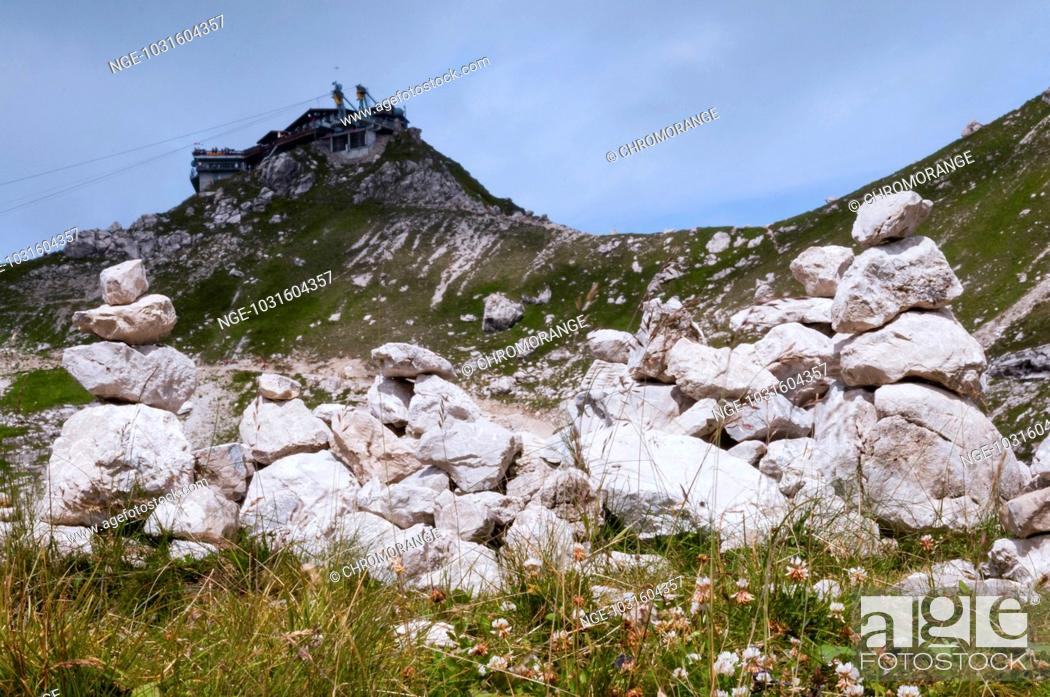 Imagen: Steinmännchen, dahinter Gipfelstation der Nebelhornbahn, Nebelhorn, 2224m, Allgäuer Alpen, Allgäu, Bayern, Deutschland, Europa.