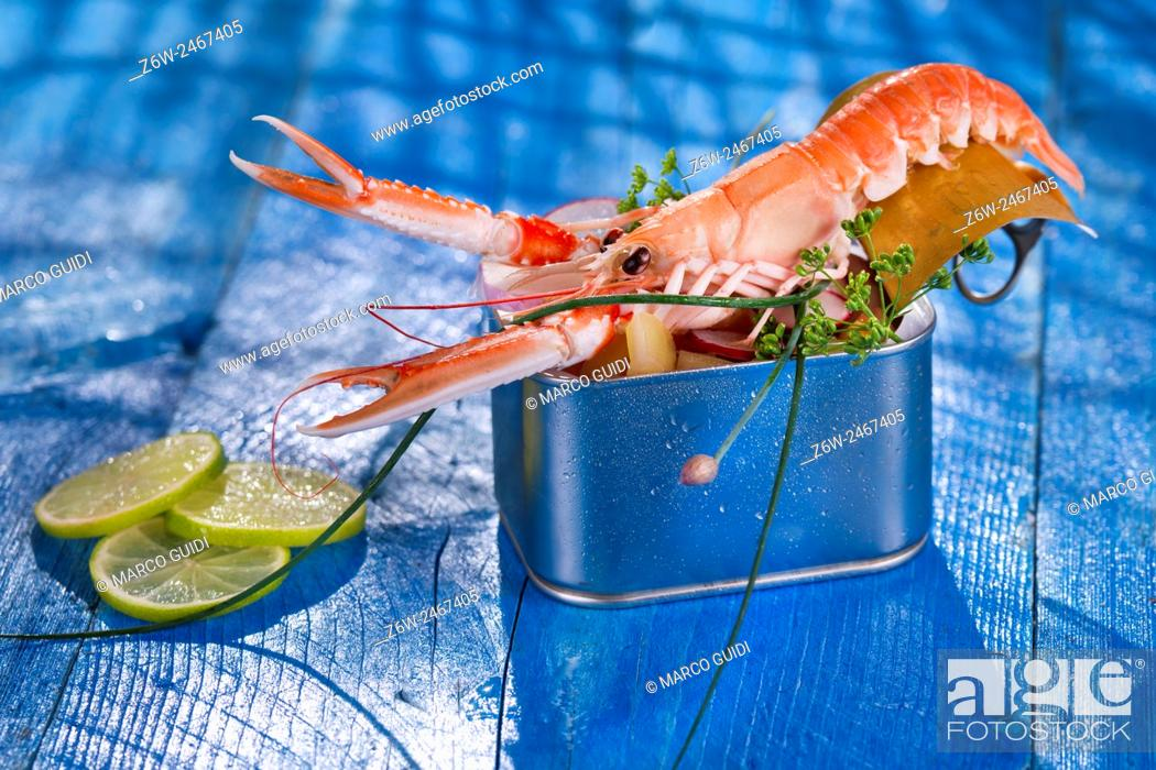 Stock Photo: Presentation of a crustacean with mixed vegetables in box.
