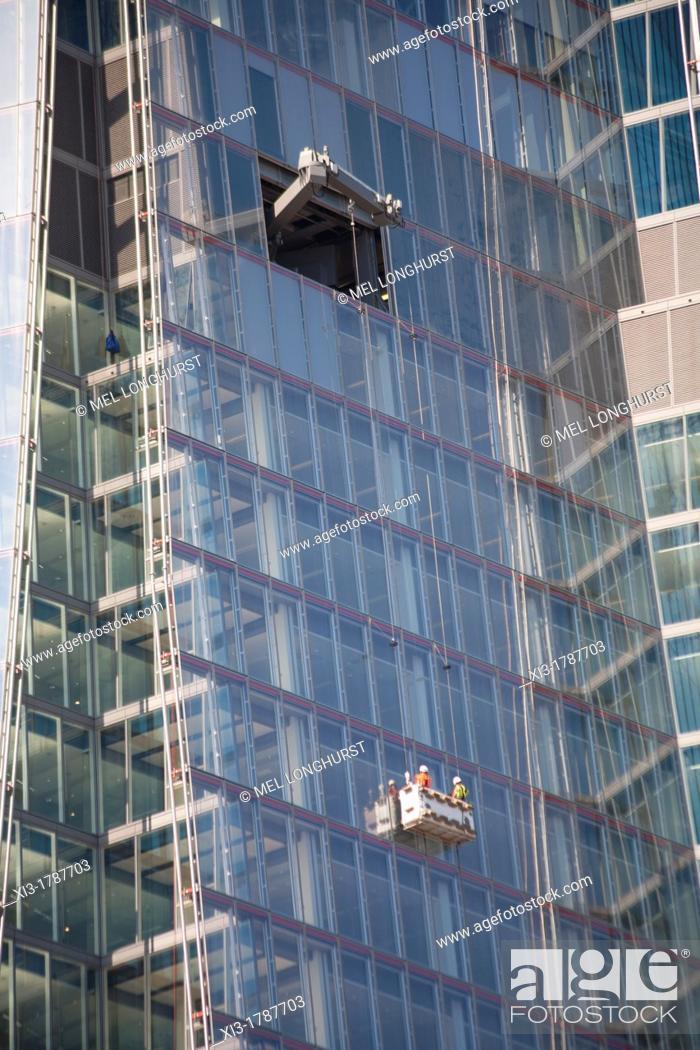 Imagen: Men cleaning windows, The Shard, London Bridge Street, Southwark, London, England.