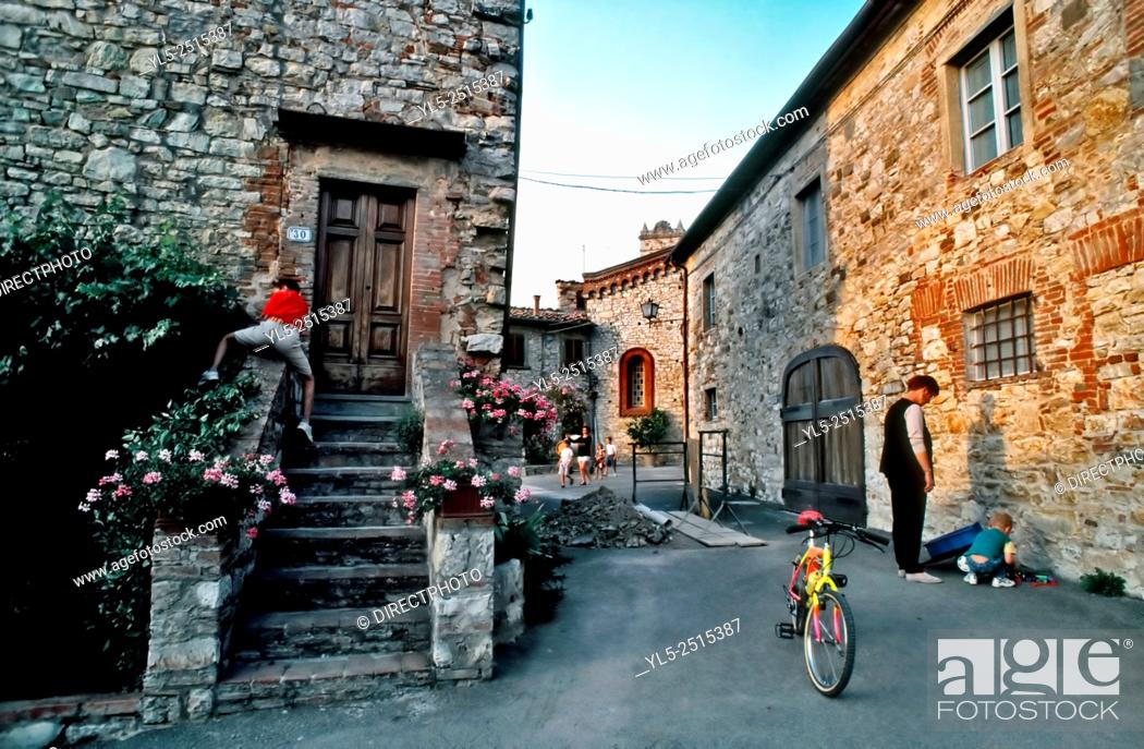 Imagen: Florence, Italy, Tourist Family Visiting Old Village in Tuscany Countryside.
