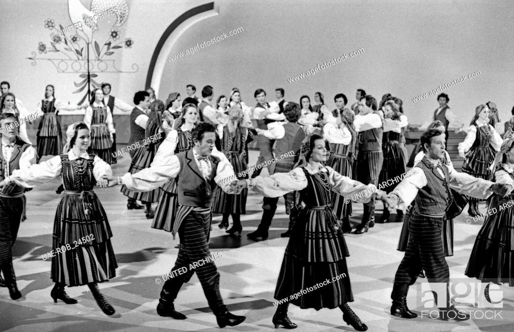 Stock Photo: Musik kennt keine Grenzen, Musikserie, Deutschland 1977, Regie: Kurt Ulrich, Mitwirkende: Vico Torriani mit dem staatlichen ungarischen Folklore Ensemble.